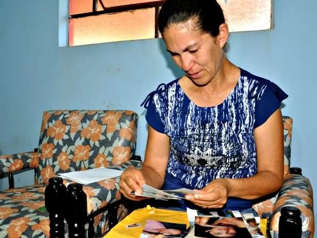 Mãe de Eliza Samudio chora ao rever as fotos da filha (Foto: Tatiane Queiroz/ G1MS)