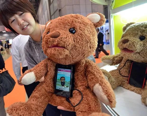 Já o ursinho 'Cocolo Bear' usa o iPhone do dono para poder falar mais de 600 palavras para o seu dono (Foto: Yoshikazu Tsuno/AFP)