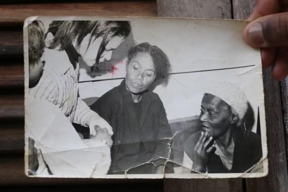 Sandro mostra fotografia de sua avó, filha de escravos  — Foto: Otávio Daros/G1