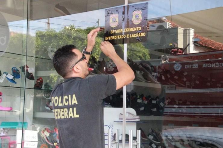 Policial federal lacrou loja de sapatos da tesoureira em Jales durante operação Farra do Tesouro (Foto: Rafael Honorato)