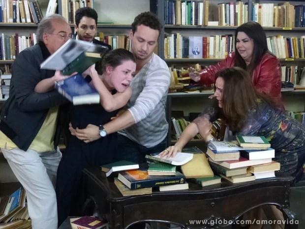 Linda surta após discussão (Foto: Amor à Vida/ TV Globo)