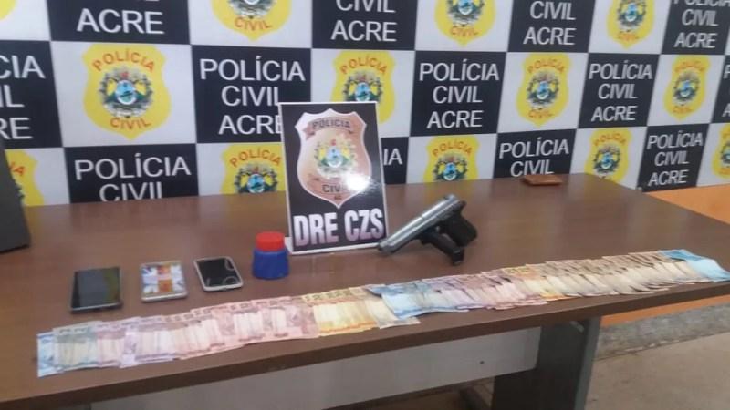 Dinheiro e simulacro de pistola foram apreendidos na operação  — Foto: Divulgação/Polícia Civil