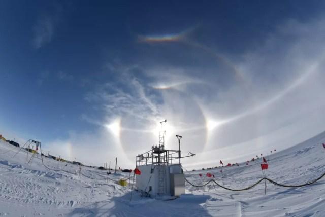 Instrumentos de campo instalados na Antártica Ocidental (Foto: Colin Jenkinson, Australian Bureau of Meteorology)