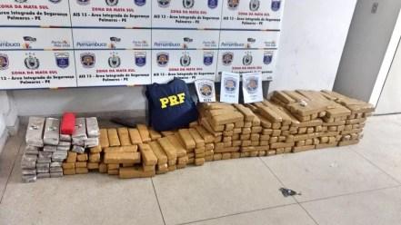 Cerca de 280 kg de maconha foram apreendidos na BR-101, em Água Preta — Foto: PRF/Divulgação