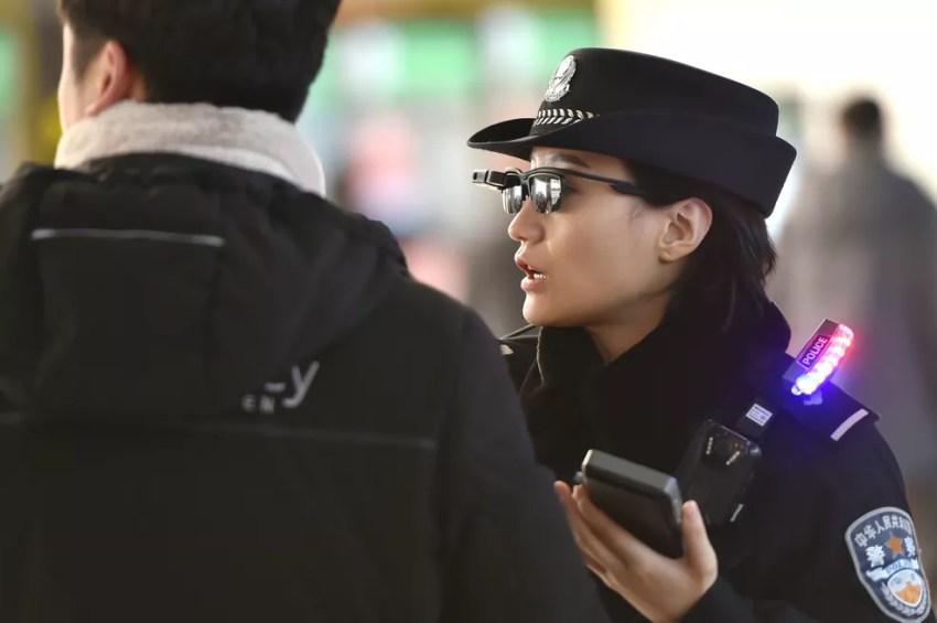 Através dos novos óculos inteligentes, polícia pode fotografar e acessar base de dados  (Foto: France Presse)