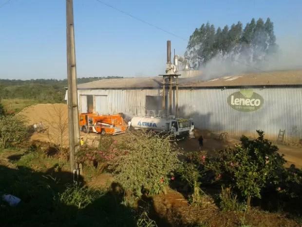 Fogo também danificiou maquinários e um caminhão (Foto: Corpo de Bombeiros/ Divulgação)