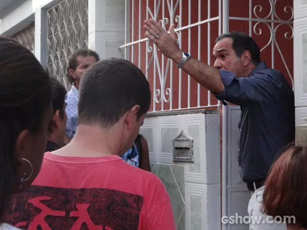 Virgílio é firme ao falar com moradores da comunidade (Foto: Em Família / TV Globo)