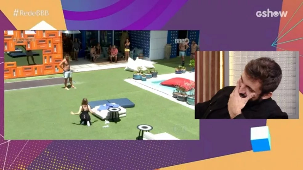 Arthur assiste cena de Carla Diaz se ajoelhando após a volta do Paredão Falso — Foto: Globo