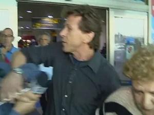 Cabo eleitoral tenta impedir declaração de Maria de Lourdes (Foto: RBS TV/Reprodução)
