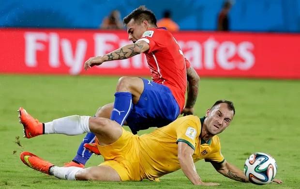 Vargas e Franjic Chile x Austrália Arena Pantanal (Foto: AP)
