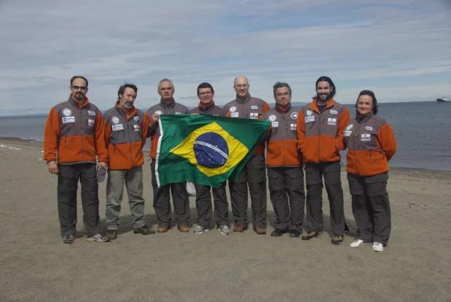 Equipe brasileira na Antártica; Jefferson Simões ao centro (Foto: Arquivo Pessoal)