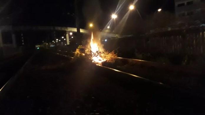 Fogo foi colocado em trilho da Trensurb em Sapucaia do Sul, na Região Metropolitana de Porto Alegre — Foto: Divulgação/BM