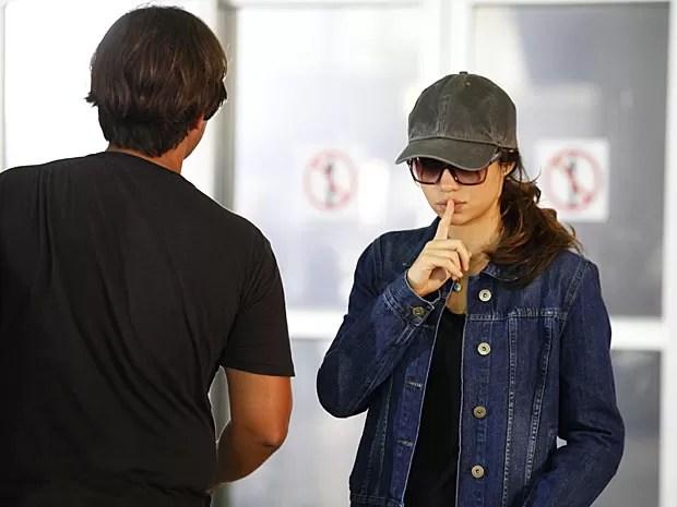 Nanda Costa brinca pedindo silêncio: volta de Morena ao Brasil é segredo! (Foto: Salve Jorge/TV Globo)