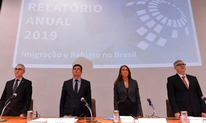 O ministro da Justiça e Segurança Pública, Sergio Moro, ao lado da presidente do Conselho Nacional de Migração, Maria Hilda Marsiaj, durante lançamento do relatório anual de Imigração e Refúgio  — Foto: Isaac Amorim/MJSP