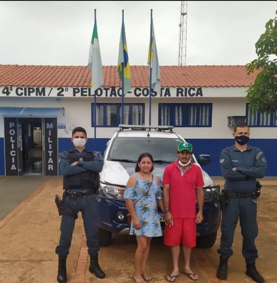 Renato e Ariana acionaram a Polícia Militar após encontrarem R$ 2 mil em uma agência bancária, em MS. — Foto: Polícia Militar/Divulgação