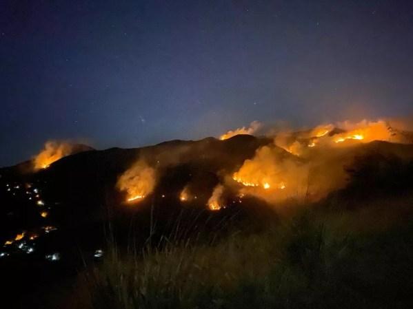 Incêndio começou na madrugada de segunda em Petrópolis após homem colocar fogo em veículo — Foto: Divulgação/Corpo de Bombeiros
