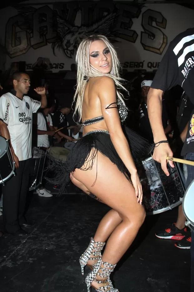 Fernanda Lacerda, a Mendigata, na quadra da Gaviões da Fiel em São Paulo (Foto: Amauri Nehn/ Brazil News)