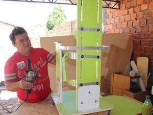 Pai produz os aparelhos para o filho no quintal de sua casa em Teresina (Foto: Gil Oliveira/ G1)