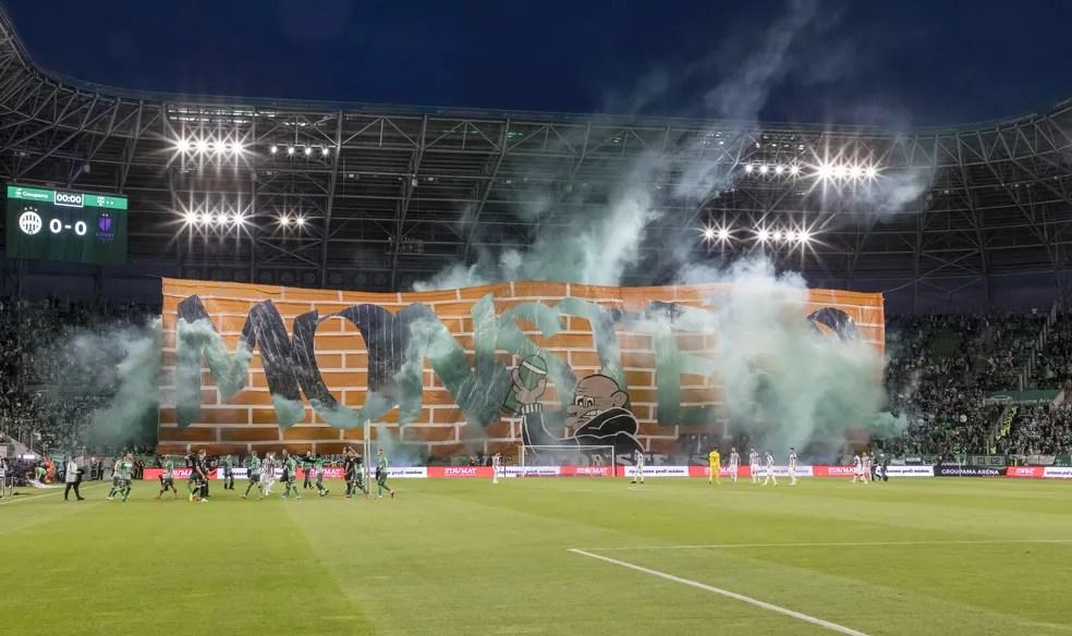Torcida do Ferencvaros, na Hungria, exibe mosaico 3D em partida que marca volta do acesso aos estádios sem restrições no país — Foto: Laszlo Szirtesi/Getty Images