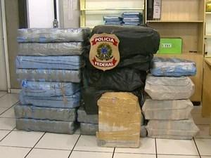 Polícia Rodoviária de Araraquara apreendeu 697kg de cocaína em um caminhão na SP-310 (Foto: Felipe Lazzarotto / EPTV)