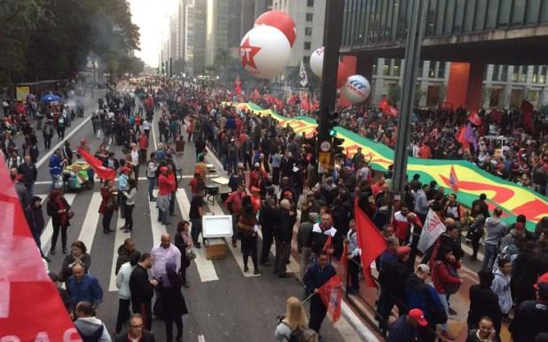 Manifestantes em ato contra Temer na Paulista (Foto: Glauco Araújo/G1)