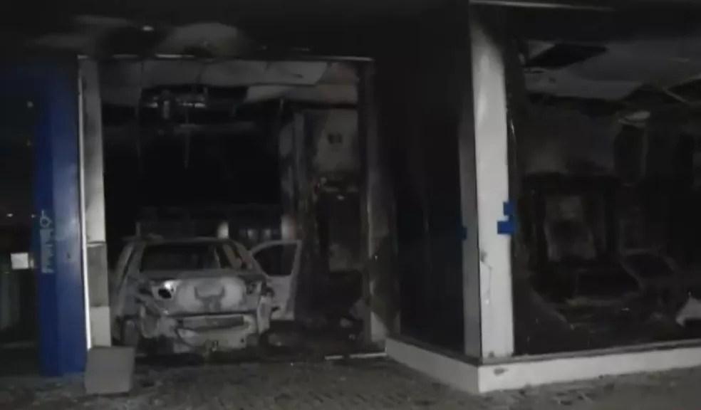 Crimiosos incendiaram veículo e invadiram Caixa Econômica; agência ficou destruída — Foto: TV Verdes Mares/Reprodução