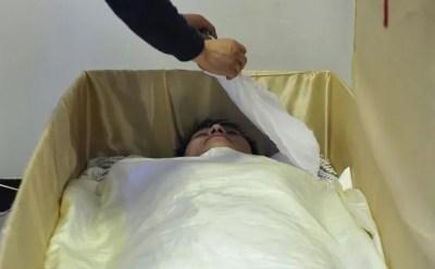 Clínica de Shenyang criou terapia em que oferece aos pacientes a experiência de 'morte' (Foto: Sheng Li/Reuters)
