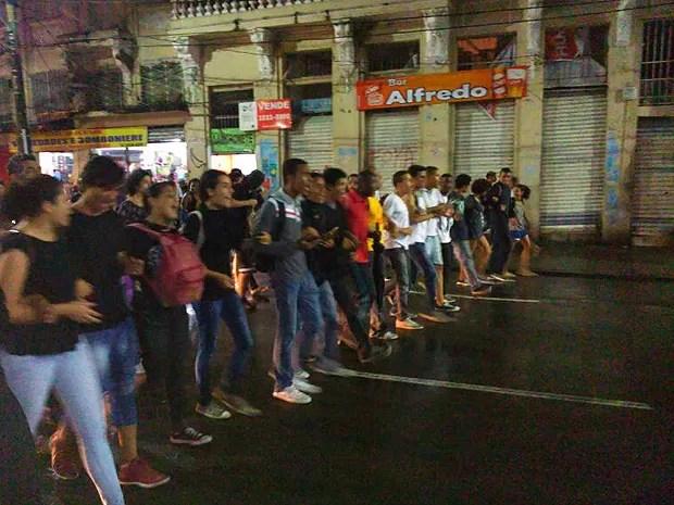 Estudantes que começaram a caminhada da Praça do Campo Grande, seguiram pela Avenida Sete em um tipo de 'corrente humana', para evitar a passagem de veículos. (Foto: Yuri Girardi/G1 Bahia)