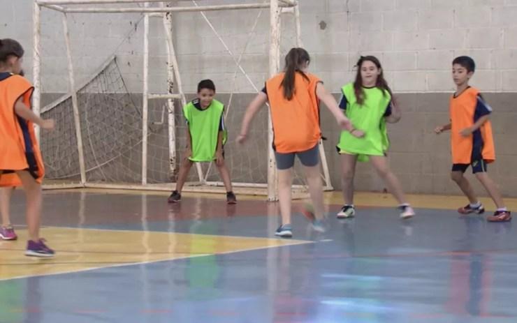 Time de futebol é composto por meninos e meninas na única escola selecionada pela Onu para participar de documentário (Foto: Reprodução/TV TEM)