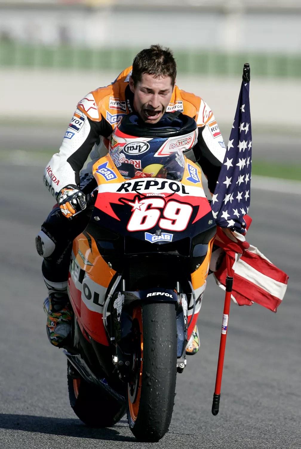 Nicky Hayden, comemorando o título da MotoGP, em 2006, pela equipe Honda (Foto: AP Photo/Bernat Armangue)