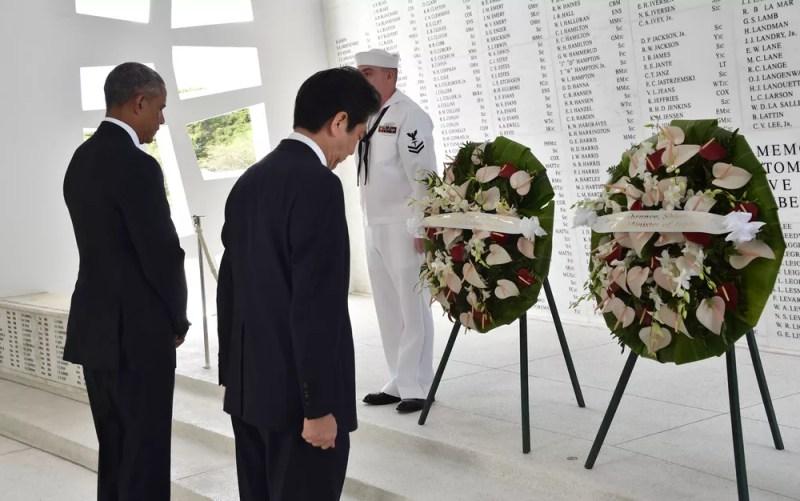 O presidente dos EUA, Barack Obama, e o primeiro-ministro do Japão, Shinzo Abe, depositam coroas no USS Arizona Memorial, em Pearl Harbour, no Havaí, no 75º aniversário do ataque japonês (FOTO: NICHOLAS KAMM/AFP)