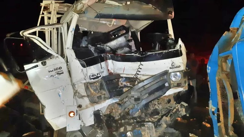 Parte do caminhão ficou destruída após colisão em Garanhuns — Foto: PRF/Divulgação