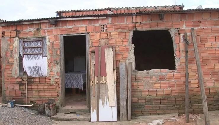 Mulher e filho ficaram acorrentados dentro de casa por três dias (Foto: Cláudio Nascimento/TV TEM)
