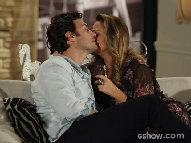 Laerte e Shirley estão na maior intimidade na casa da loira (Foto: Camila Camacho/TV Globo)