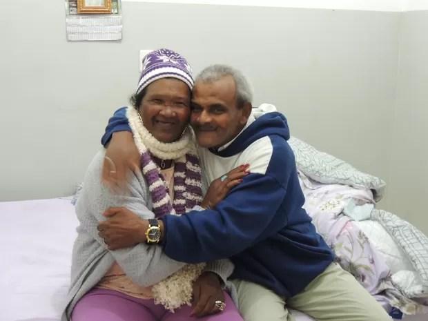 Casal divide quarto em abrigo em Mogi das Cruzes; casamento foi no dia 31 de maio (Foto: Carolina Paes/G1)