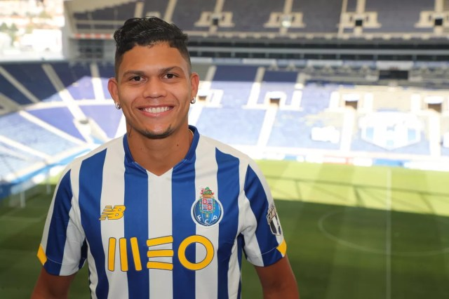 """Ex-Fluminense, Evanílson, is presented in Porto: """"I didn't even sleep well  on the flight"""" 