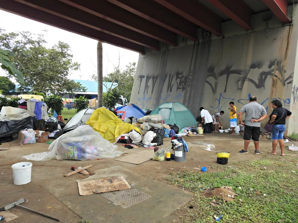 Venezuelanos estão acampados em barracas em baixo de viaduto na Zona Centro-Sul de Manaus (Foto: Adneison Severiano/G1 AM)