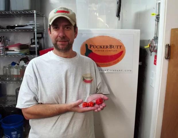 Ed Currie bateu recorde cultivar a pimenta mais ardida do mundo (Foto: Jeffrey Collins/AP)