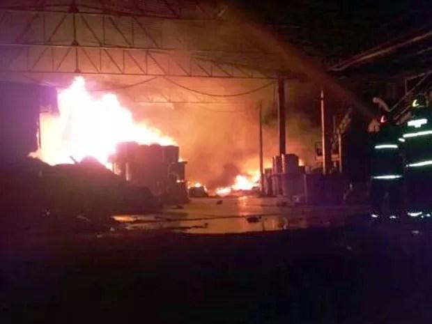Bombeiros levaram cerca de 8h para combater incêndio e evitar vazamento de produto químico de galpão em Lavras, MG (Foto: Corpo de Bombeiros)