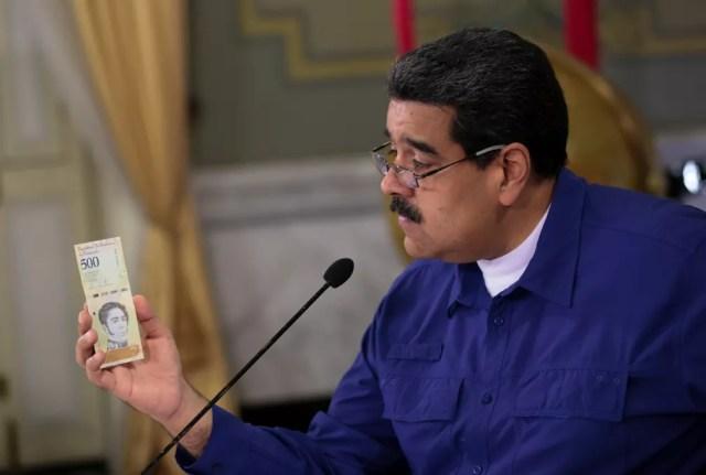 Nicolás Maduro mostra nota de bolívar soberano, moeda que passou a valer na Venezuela em 2018 — Foto: Miraflores Palace/Handout via Reuters