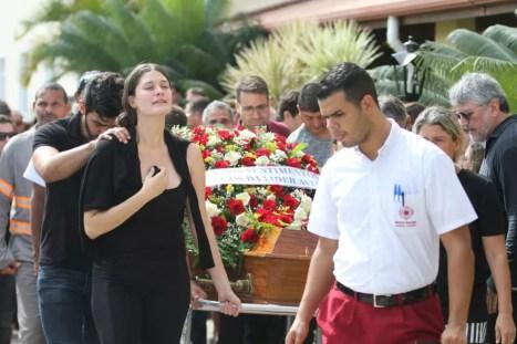 Familiares deram adeus ao sobrevivente à queda do Globocop no Recife (Foto: Aldo Carneiro/Pernambuco Press)