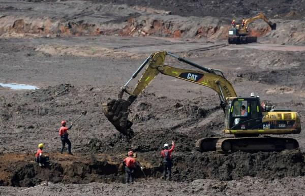 Bombeiros buscam corpos nos rejeitos da Vale em Brumadinho neste domingo — Foto: Washington Alves/Reuters