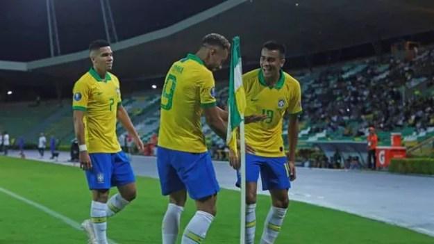 Paulinho, Matheus Cunha e Reinier comemoram um dos gols do Brasil contra a Bolívia