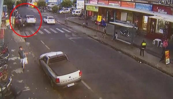 Câmera registrou carro atropelando pessoas e batendo em motos e carros em Rio Preto (Foto: Reprodução/TV TEM)