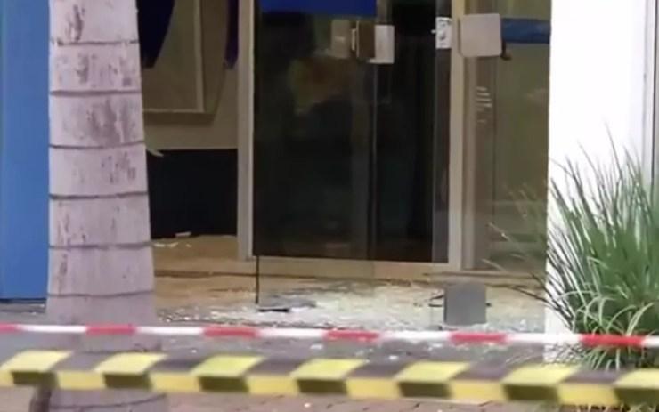 Agência onde os assaltantes arrombaram a porta e levaram o cofre (Foto: Reprodução/TV Tem)