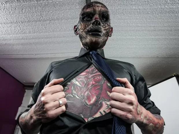 É possível ver o coração de Coveiro Maldito bater olhando para a tatuagem no peito dele (Foto: Fábio Tito/G1)
