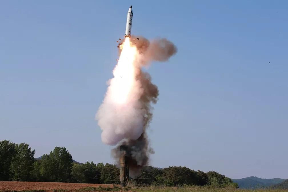 Imagem de teste de míssil de médio alcance Pukguksong-2 é divulgada pela agência norte-coreana KCNA nesta segunda-feira (22) (Foto: KCNA/via REUTERS)