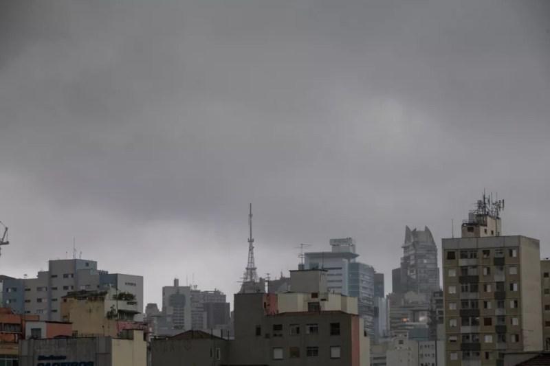 Tempo fechado no bairro da Bela Vista, Centro de São Paulo, na tarde desta terça-feira (20). — Foto: Celso Tavares/G1