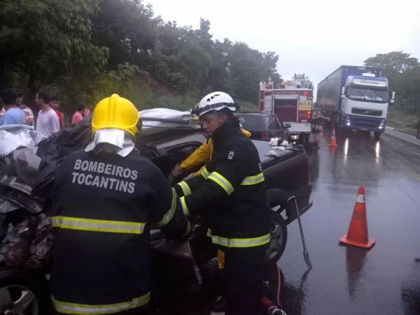 Vítimas ficaram presas nas ferragens e os bombeiros precisaram cortar o veículo (Foto: Divulgação/Corpo de Bombeiros)