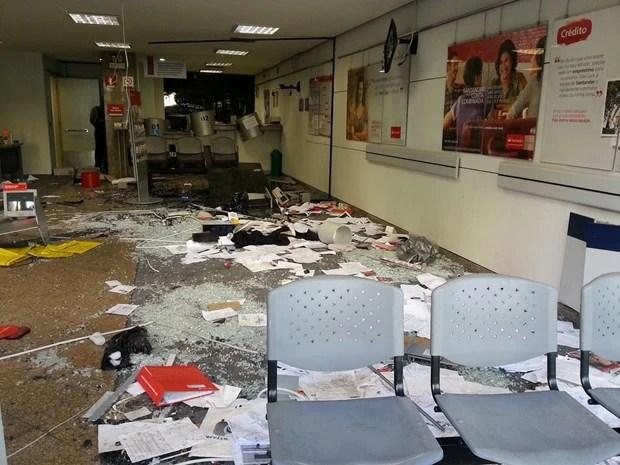 Agência bancária amanheceu destrúida nesta terça-feira (8) (Foto: Ronald Senra/G1)